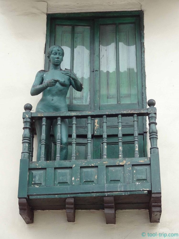 La C statue woman